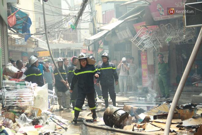 Hà Nội: Cháy lớn tại cửa hàng đồ vàng mã, người dân hoảng sợ tháo chạy - ảnh 8