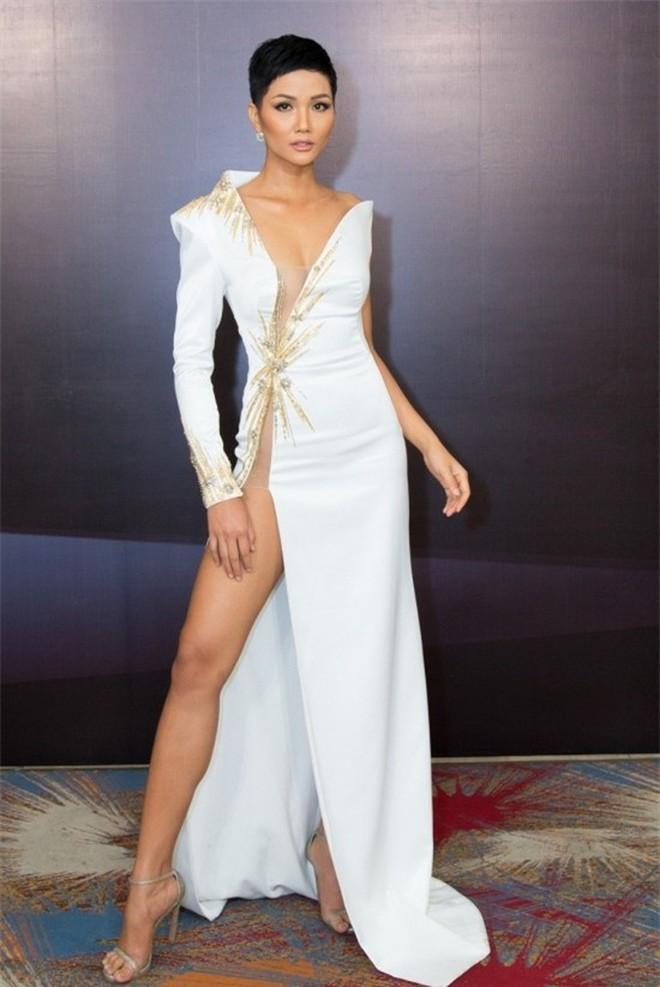 """Từ style kín đáo nhẹ nhàng, Yến Trang giờ lên """"level"""" diện đầm hở bạo không kém Kendall Jenner, Bella Hadid - ảnh 11"""