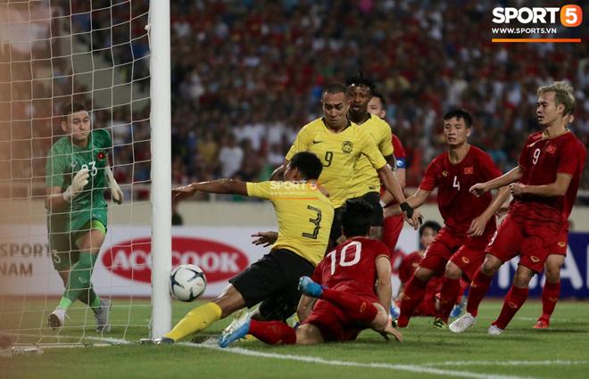Trung vệ Malaysia thể hiện màn trình diễn buồn như tên của mình: Bị trừng phạt vì dùng tay gạt bóng vào khung thành Văn Lâm, mắc lỗi nghiêm trọng mở đường cho Quang Hải ghi siêu phẩm - ảnh 2