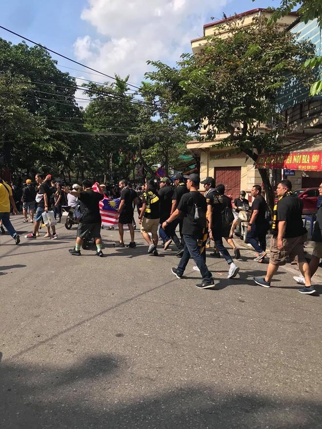 Bỏ ngoài tai lời cảnh báo, fan cuồng Malaysia check in bia hơi Hà Nội, đi lại rầm rộ trên đường phố thủ đô - ảnh 3