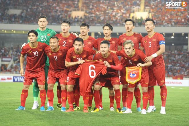 Mải mê ăn mừng siêu phẩm của Quang Hải, các cầu thủ Việt Nam bỗng quên mất kế hoạch đặc biệt dành cho Xuân Trường - ảnh 11