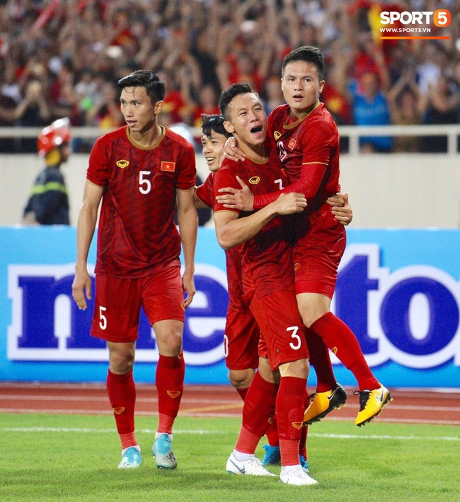 Mải mê ăn mừng siêu phẩm của Quang Hải, các cầu thủ Việt Nam bỗng quên mất kế hoạch đặc biệt dành cho Xuân Trường - ảnh 7