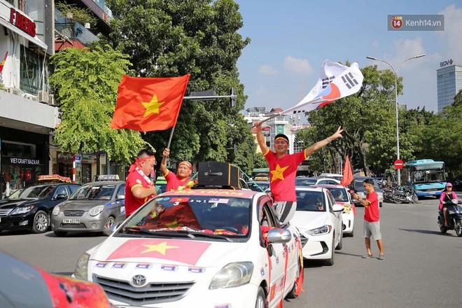 Ảnh: Nhiều giờ trước trận cầu kịch tính Việt Nam gặp Malaysia, hàng trăm cổ động viên đã nhuộm đỏ hàng loạt tuyến đường Hà Nội - ảnh 5