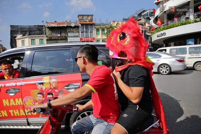 Ảnh: Nhiều giờ trước trận cầu kịch tính Việt Nam gặp Malaysia, hàng trăm cổ động viên đã nhuộm đỏ hàng loạt tuyến đường Hà Nội - ảnh 9