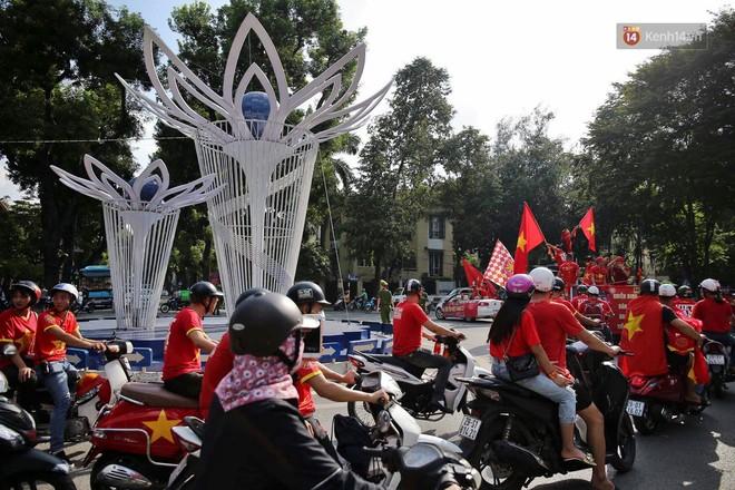 Ảnh: Nhiều giờ trước trận cầu kịch tính Việt Nam gặp Malaysia, hàng trăm cổ động viên đã nhuộm đỏ hàng loạt tuyến đường Hà Nội - ảnh 8