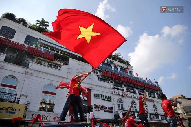 Ảnh: Nhiều giờ trước trận cầu kịch tính Việt Nam gặp Malaysia, hàng trăm cổ động viên đã nhuộm đỏ hàng loạt tuyến đường Hà Nội - ảnh 6