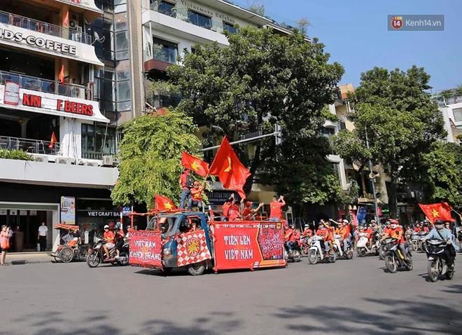 Ảnh: Nhiều giờ trước trận cầu kịch tính Việt Nam gặp Malaysia, hàng trăm cổ động viên đã nhuộm đỏ hàng loạt tuyến đường Hà Nội - ảnh 4