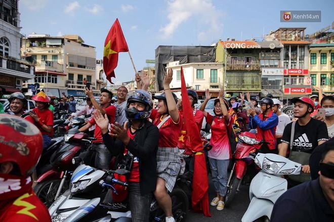 Ảnh: Nhiều giờ trước trận cầu kịch tính Việt Nam gặp Malaysia, hàng trăm cổ động viên đã nhuộm đỏ hàng loạt tuyến đường Hà Nội - ảnh 7