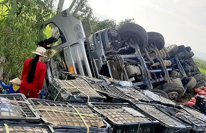 Hàng tấn trái cây tràn xuống đường, người dân nhặt giúp tài xế không sót quả nào - ảnh 1