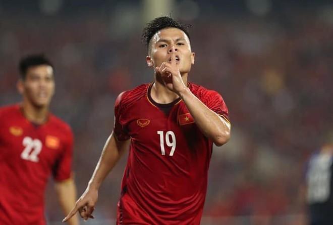 Đông Nhi - Ông Cao Thắng, Bảo Anh cùng dàn sao Vbiz vỡ oà trước siêu phẩm ngả người volley mở màn tỷ số 1-0 của Quang Hải - ảnh 1