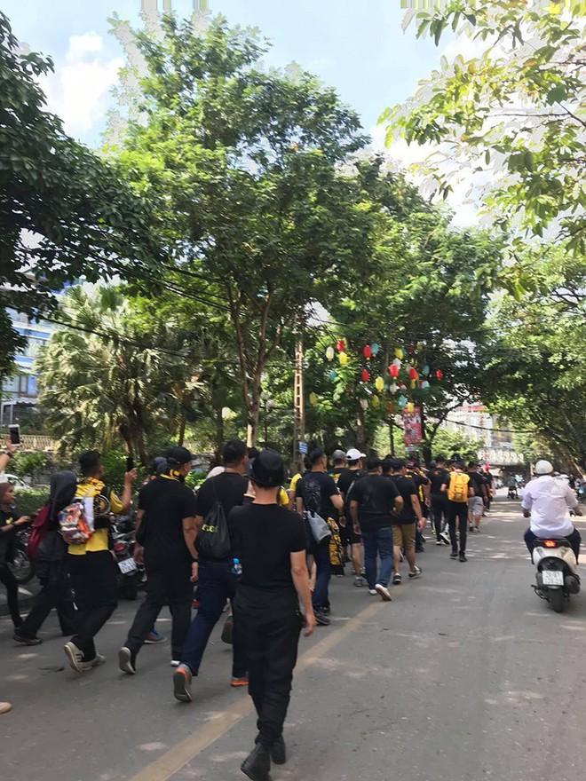 Bỏ ngoài tai lời cảnh báo, fan cuồng Malaysia check in bia hơi Hà Nội, đi lại rầm rộ trên đường phố thủ đô - ảnh 2