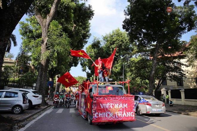 Ảnh: Nhiều giờ trước trận cầu kịch tính Việt Nam gặp Malaysia, hàng trăm cổ động viên đã nhuộm đỏ hàng loạt tuyến đường Hà Nội - ảnh 3