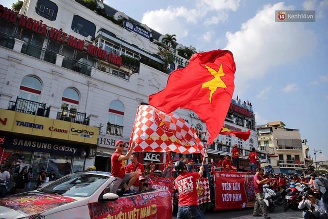 Ảnh: Nhiều giờ trước trận cầu kịch tính Việt Nam gặp Malaysia, hàng trăm cổ động viên đã nhuộm đỏ hàng loạt tuyến đường Hà Nội - ảnh 2