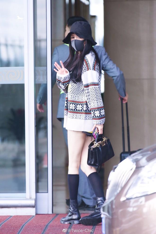 Nữ hoàng sân bay Dương Mịch chiếm trọn spotlight với đôi chân manga siêu đỉnh nhưng bất ngờ gặp cố hớ hênh - ảnh 2