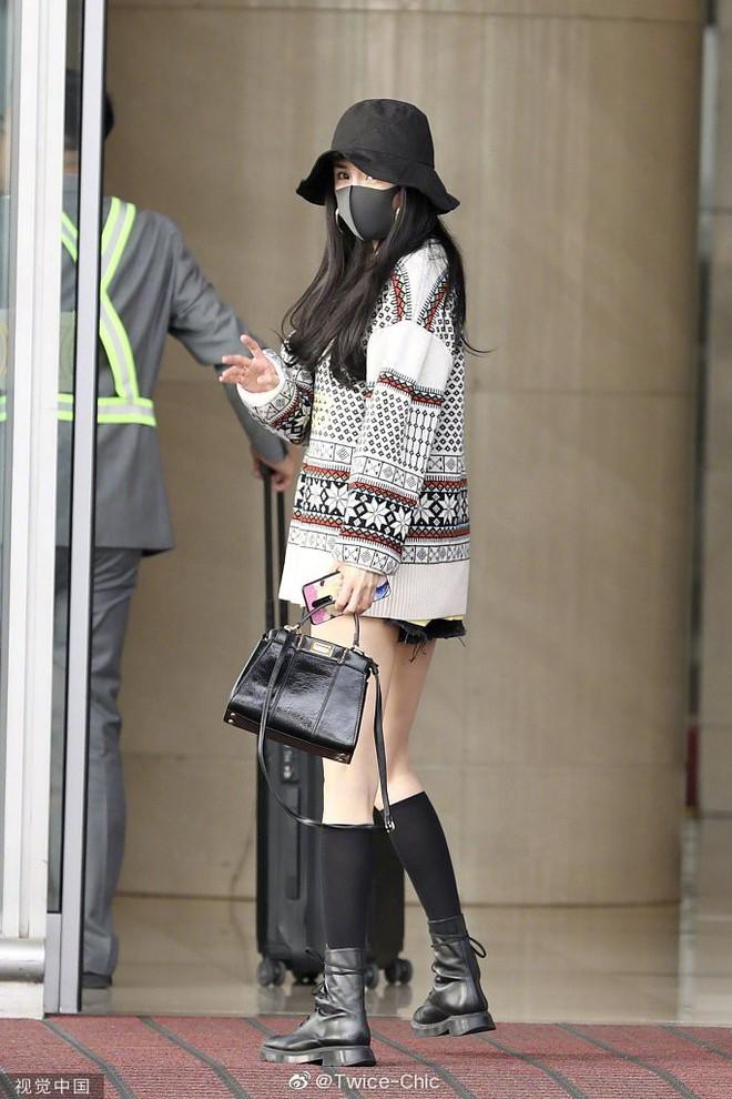 Nữ hoàng sân bay Dương Mịch chiếm trọn spotlight với đôi chân manga siêu đỉnh nhưng bất ngờ gặp cố hớ hênh - ảnh 5