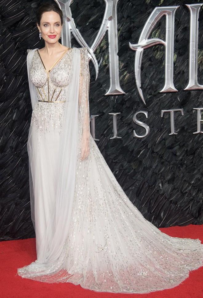 Angelina Jolie lại khiến MXH dậy sóng: Lộng lẫy như bà hoàng, bóng lưng còn lấn át cả công chúa đẹp nhất màn ảnh - ảnh 2