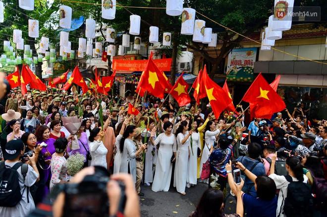 Tái hiện thời khắc đón đoàn quân chiến thắng trở về Hà Nội 65 năm trước - ảnh 7