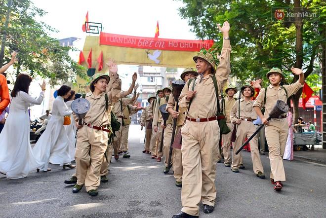 Tái hiện thời khắc đón đoàn quân chiến thắng trở về Hà Nội 65 năm trước - ảnh 5