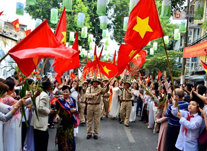 Tái hiện thời khắc đón đoàn quân chiến thắng trở về Hà Nội 65 năm trước - ảnh 9