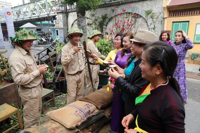 Tái hiện thời khắc đón đoàn quân chiến thắng trở về Hà Nội 65 năm trước - ảnh 12