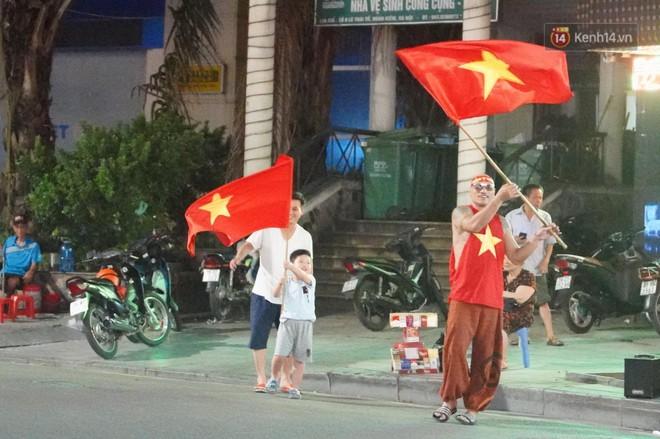 Hàng ngàn CĐV đổ ra đường hò reo, ăn mừng chiến thắng đầu tiên của ĐT Việt Nam tại vòng loại World Cup 2022 - ảnh 5