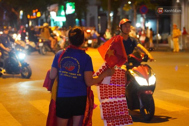 Hàng ngàn CĐV đổ ra đường hò reo, ăn mừng chiến thắng đầu tiên của ĐT Việt Nam tại vòng loại World Cup 2022 - ảnh 4