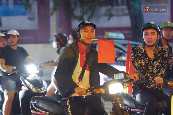 Hàng ngàn CĐV đổ ra đường hò reo, ăn mừng chiến thắng đầu tiên của ĐT Việt Nam tại vòng loại World Cup 2022 - ảnh 2