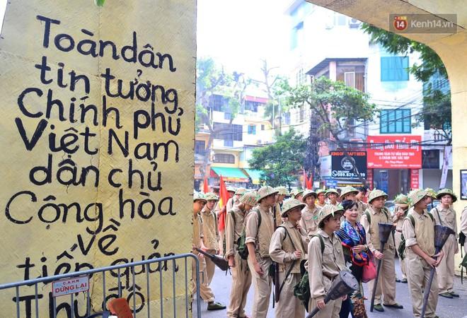Tái hiện thời khắc đón đoàn quân chiến thắng trở về Hà Nội 65 năm trước - ảnh 10