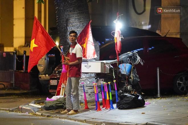 Hàng ngàn CĐV đổ ra đường hò reo, ăn mừng chiến thắng đầu tiên của ĐT Việt Nam tại vòng loại World Cup 2022 - ảnh 3