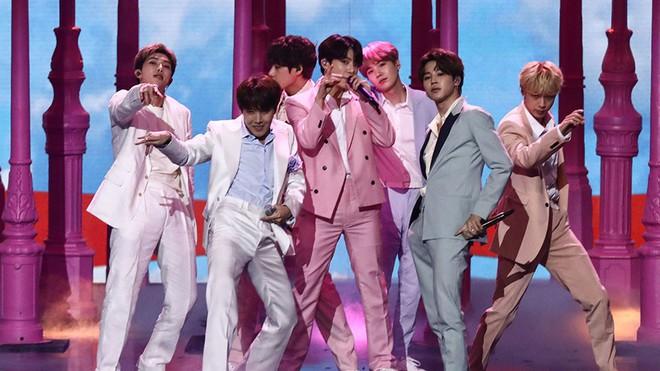 Xót xa hình ảnh các thành viên BTS kiệt sức trên sân khấu: V đứng không vững, Jungkook loáng choáng ngã quỵ, Jimin lăn đùng ra sàn - ảnh 1
