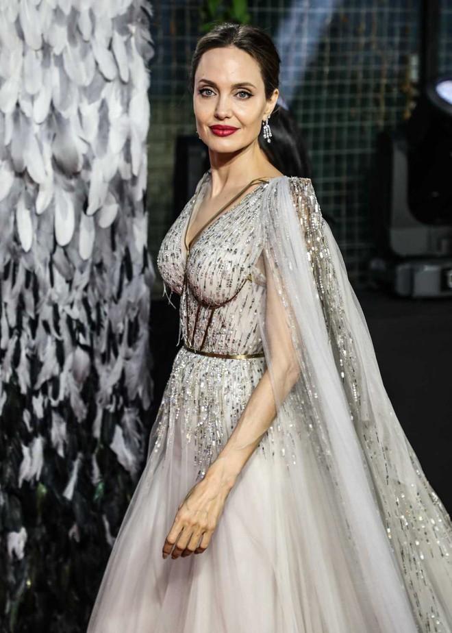 Angelina Jolie lại khiến MXH dậy sóng: Lộng lẫy như bà hoàng, bóng lưng còn lấn át cả công chúa đẹp nhất màn ảnh - ảnh 6