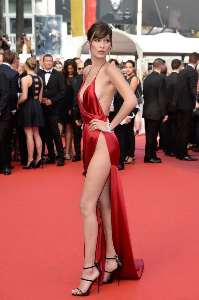 """Từ style kín đáo nhẹ nhàng, Yến Trang giờ lên """"level"""" diện đầm hở bạo không kém Kendall Jenner, Bella Hadid - ảnh 13"""