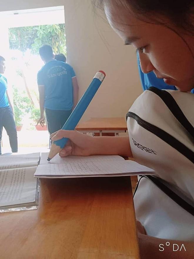 Nữ sinh quyết định mua hẳn ngòi bút siêu to khổng lồ, vừa dùng được cả năm lại tránh được lũ hay mượn đồ - ảnh 1