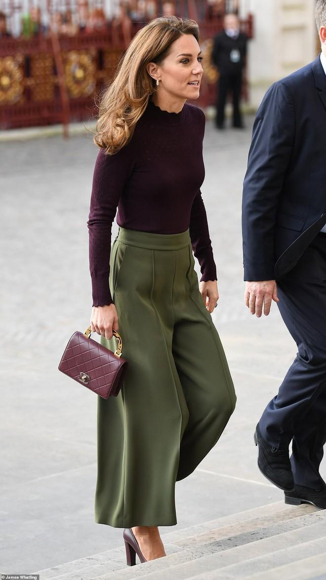 Công nương Kate chơi trội khi mang chiếc túi gần 100 triệu đồng đi dự sự kiện nhưng bị ném đá dữ dội chưa từng thấy - ảnh 1