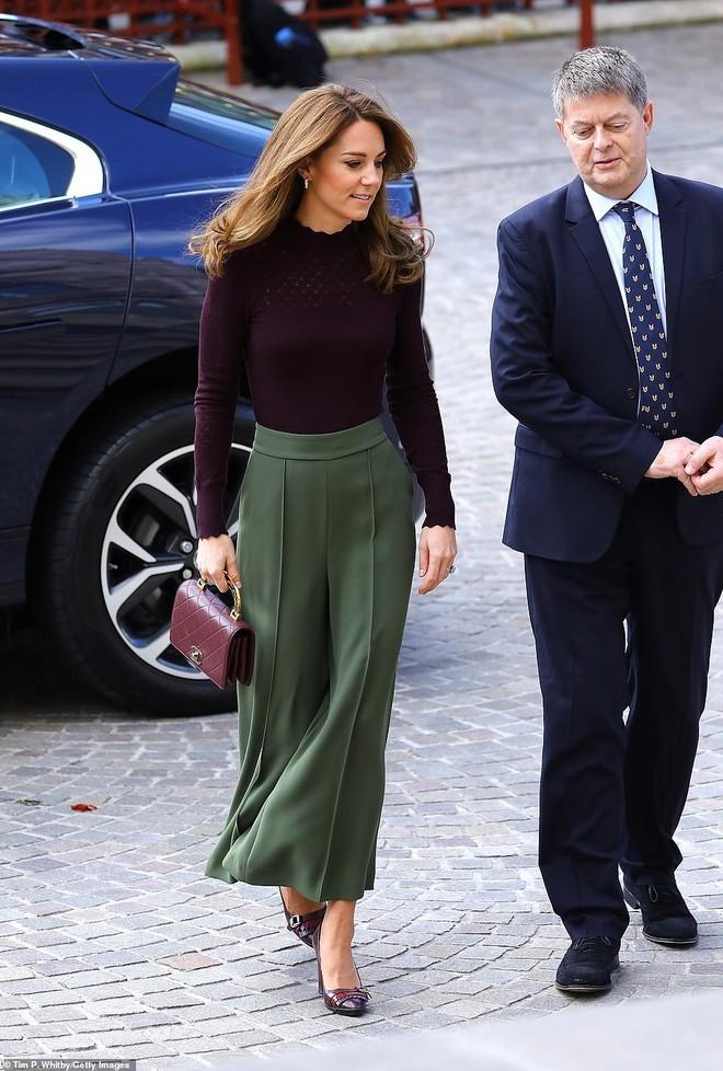 Công nương Kate chơi trội khi mang chiếc túi gần 100 triệu đồng đi dự sự kiện nhưng bị ném đá dữ dội chưa từng thấy - ảnh 2
