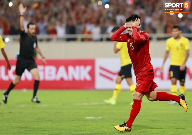 Chiêm ngưỡng siêu phẩm ngả bàn đèn khó tin của Quang Hải trong trận đấu Việt Nam vs Malaysia - ảnh 10