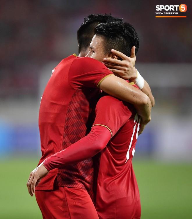 Mải mê ăn mừng siêu phẩm của Quang Hải, các cầu thủ Việt Nam bỗng quên mất kế hoạch đặc biệt dành cho Xuân Trường - ảnh 9