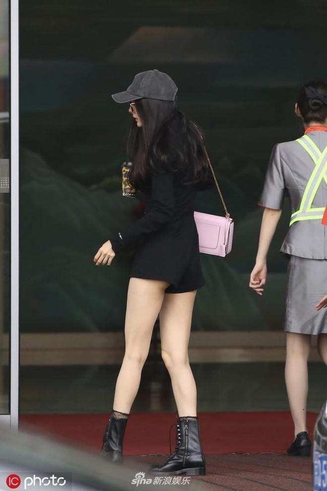 Nữ hoàng sân bay Dương Mịch chiếm trọn spotlight với đôi chân manga siêu đỉnh nhưng bất ngờ gặp cố hớ hênh - ảnh 7