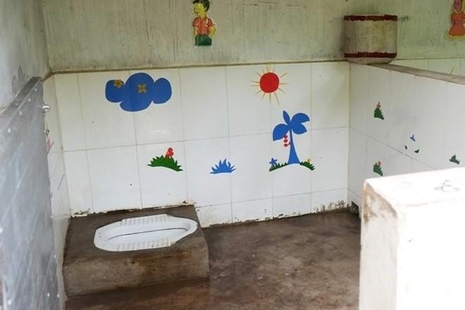 Chữa mãi không khỏi bệnh đau họng cho con, bố mẹ hỏi mới biết do bị cô giáo ép ăn nhanh, nếu không phải ăn trong nhà vệ sinh - ảnh 1