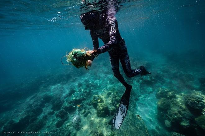 Đáy biển đầy rác thải và cảnh tượng đắng lòng qua ống kính của thợ lặn - ảnh 3