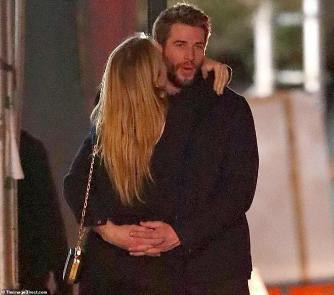 Hẹn hò tình trẻ sinh năm 1997, Liam Hemsworth đã gây nhức mắt với loạt ảnh ôm hôn nhạy cảm trên phố đông người - Ảnh 7.