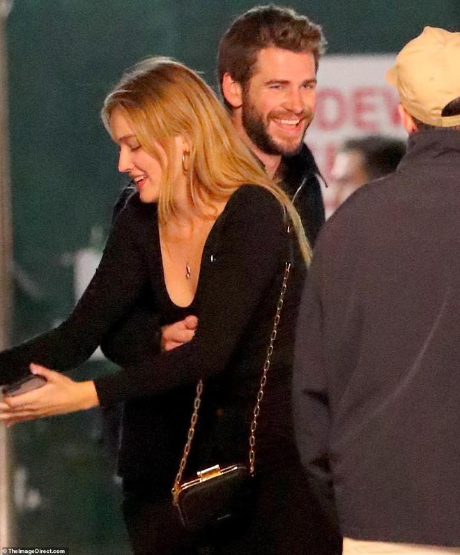 Hẹn hò tình trẻ sinh năm 1997, Liam Hemsworth đã gây nhức mắt với loạt ảnh ôm hôn nhạy cảm trên phố đông người - Ảnh 1.