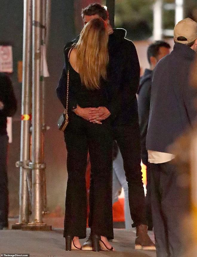 Hẹn hò tình trẻ sinh năm 1997, Liam Hemsworth đã gây nhức mắt với loạt ảnh ôm hôn nhạy cảm trên phố đông người - Ảnh 8.