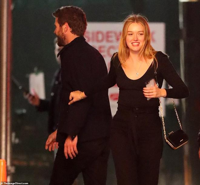 Hẹn hò tình trẻ sinh năm 1997, Liam Hemsworth đã gây nhức mắt với loạt ảnh ôm hôn nhạy cảm trên phố đông người - Ảnh 2.