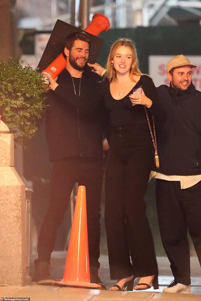 Hẹn hò tình trẻ sinh năm 1997, Liam Hemsworth đã gây nhức mắt với loạt ảnh ôm hôn nhạy cảm trên phố đông người - Ảnh 9.