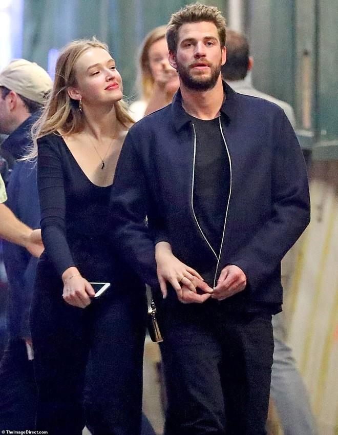 Hẹn hò tình trẻ sinh năm 1997, Liam Hemsworth đã gây nhức mắt với loạt ảnh ôm hôn nhạy cảm trên phố đông người - Ảnh 3.