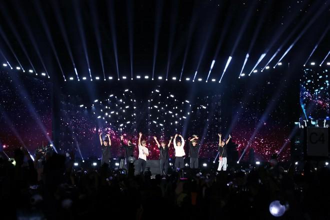 Màn đọ sắc cực căng giữa V và Jungkook trên sân khấu concert mới nhất của BTS: Người em tóc dài quyến rũ, người anh trông đáng yêu như trẻ ra vài tuổi - ảnh 2