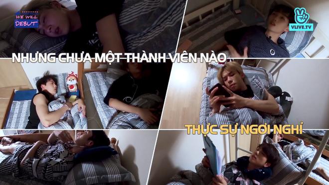 7 chàng trai D1Verse cùng chia nhau ăn mì gói, bật khóc khi được gọi điện về cho gia đình - ảnh 6
