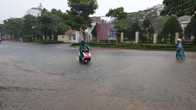Mưa lớn kéo dài, hơn 100 nhà dân ở Bảo Lộc ngập sâu trong nước - ảnh 1