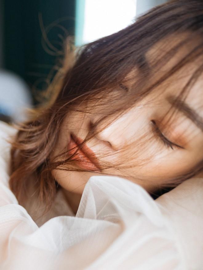 Trọn bộ ảnh đẹp mơ màng, khoe nét xuân thì gợi cảm của Hoa hậu Đỗ Mỹ Linh khi vừa bước sang tuổi 24 - ảnh 9